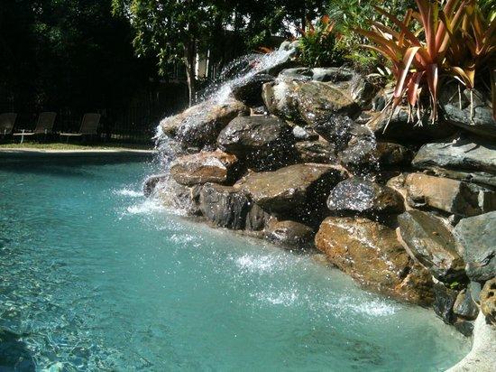 Paradise Links Resort Port Douglas : Sparkling waterfall at pool
