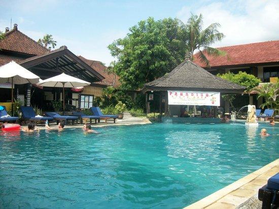 Legian Paradiso Hotel : Pool area