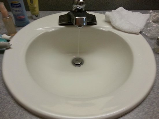 Flagship Inn of Ashland: Constant dripping water in sink outside bathroom