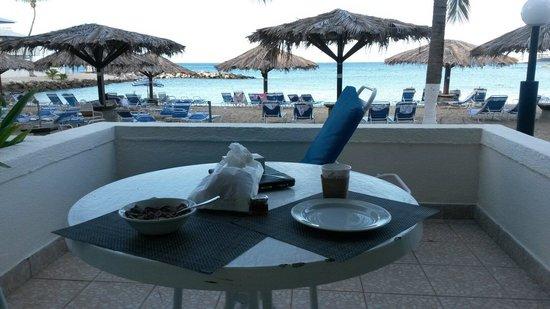 Flamingo Beach Resort: Colazione sul terrazzino della stanza