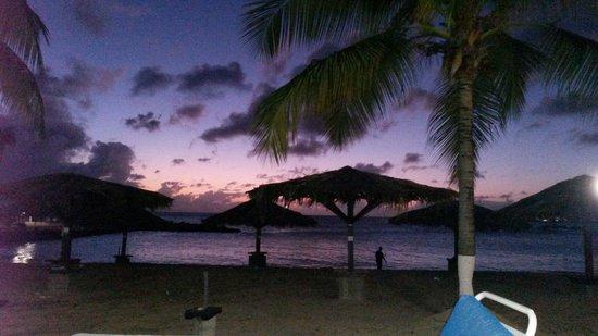 Flamingo Beach Resort: Tramonto dalla stanza..sulla spiaggia!