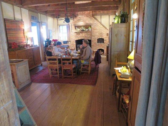 Maison Madeleine: Breakfast room beautifully decorated