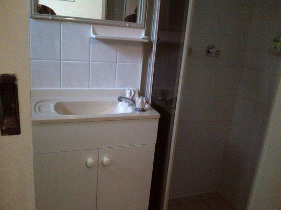 Mollymook's Paradise Haven Apartment Motel: Small Bathroom