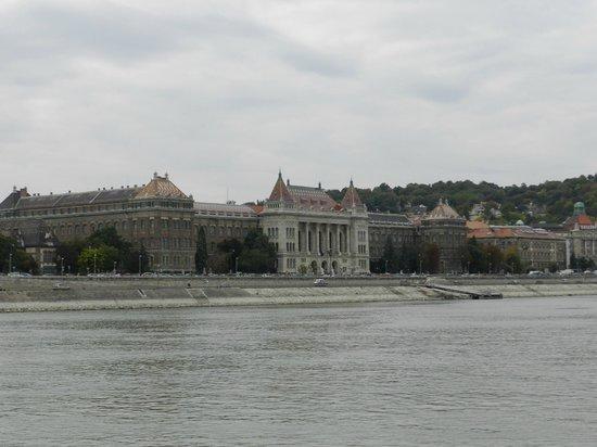 Promenade des Chaussures sur le Danube : Bela vista da arquitetura