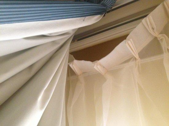 Hotel Santa Fé: Arreglen las cortinas