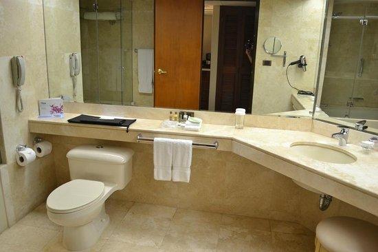 Swissotel Lima: Large, clean bathroom