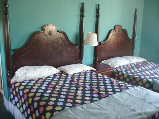 St. Vincent's Guest House: The nice old wooden beds in the room