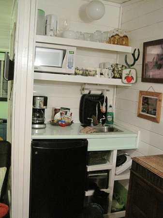 Norton North Ranch Cottages: Cowboy Cabin - Small but well-equipped Kitchen area