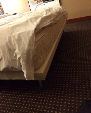 Le Meridien San Francisco: Who needs sheets that fit? Love sleeping directly on hotel mattresses