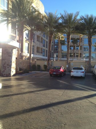 Staybridge Suites Las Vegas: Daytime: front view