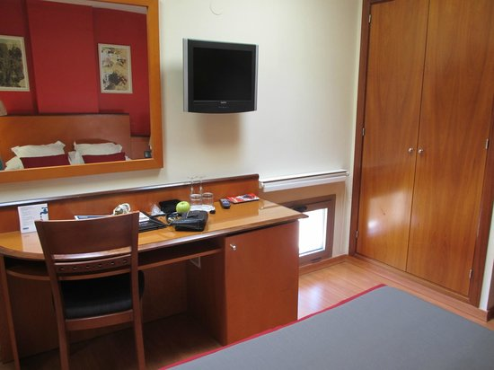 H10 Raco del Pi: Desk, TV and Small Window