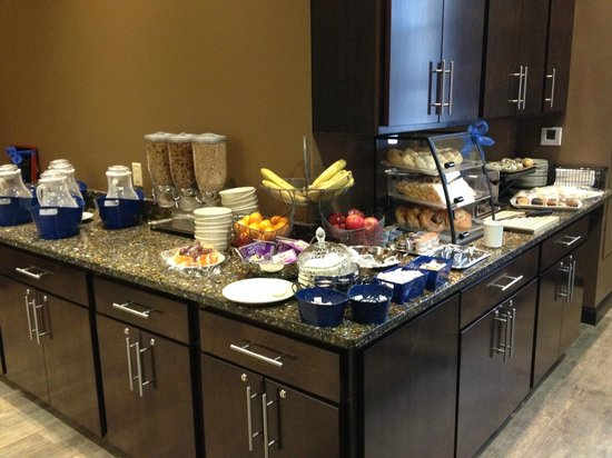 The Brewhouse Inn & Suites: continental breakfast