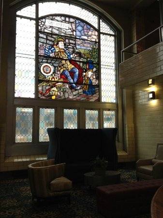 The Brewhouse Inn & Suites: sitting area in atrium with beer kettles
