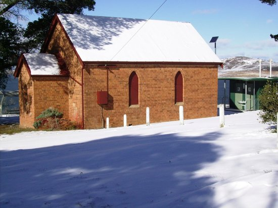 Adaminaby, Austrália: Origional Methodist Church in front of Park