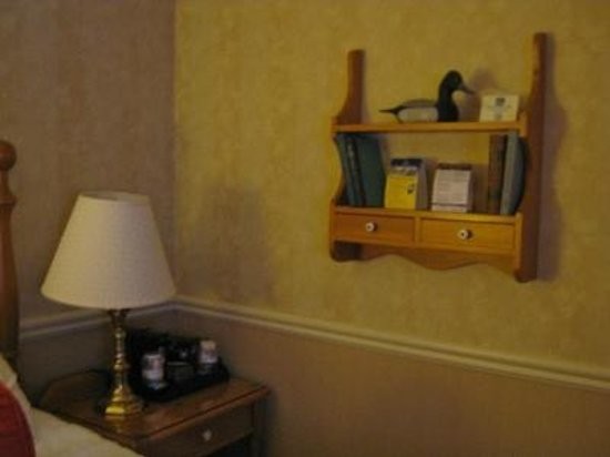 Best Western Plus Parkway Inn & Conference Centre : Nice touch beside bed with antique items