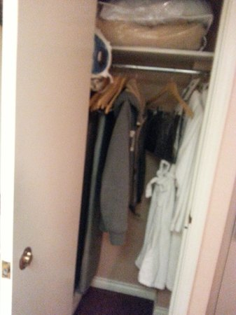 Hotel Grand Pacific: closet