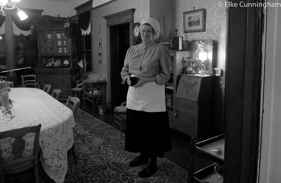 Old Consulate Inn: Cindy preparing breakfast for  us