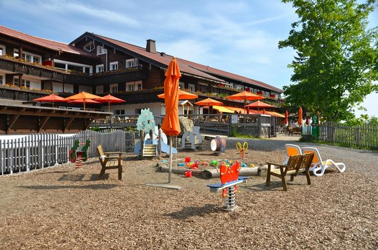 Familotel Allgauer Berghof: View of hotel building and playground