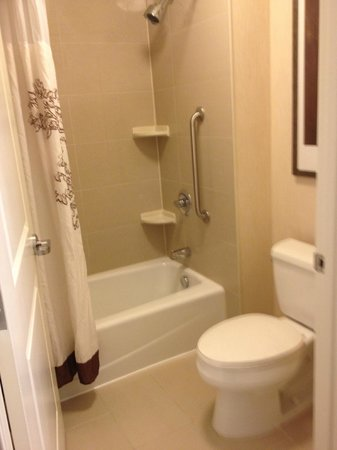 Residence Inn by Marriott Calgary Airport: Second Bathroom