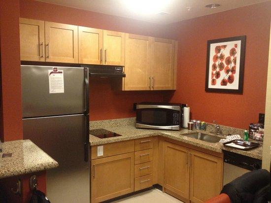 Residence Inn by Marriott Calgary Airport : Kitchen