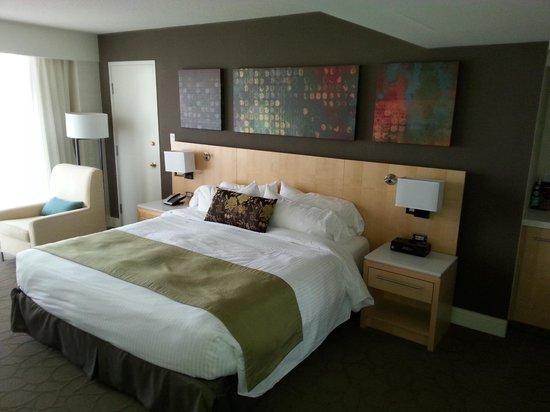 Delta Victoria Ocean Pointe Resort and Spa: modern bed