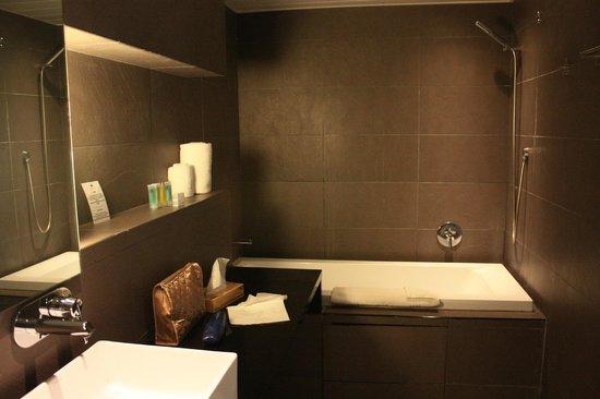 Hotel Tahiti Nui : Bathroom - nice in pic, not functional
