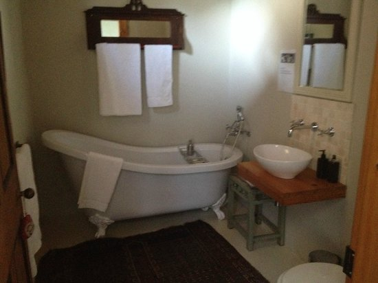 Vineyard Country House: The antique style bathtub
