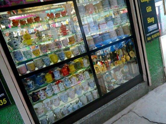Majnu ka Tilla: Tibat shops