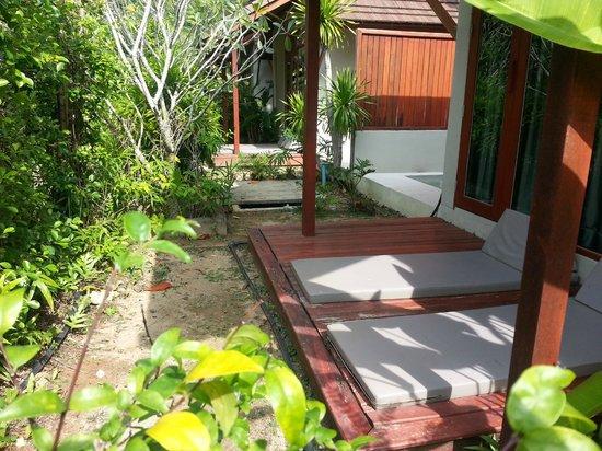 L'esprit de Naiyang Resort : Not a nice ambiance to sunbathe