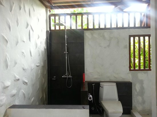 L'esprit de Naiyang Resort: Lack of privacy in the bathroom