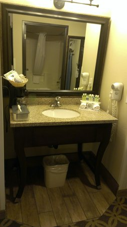 Holiday Inn Express Showlow: Sink area outside bathroom