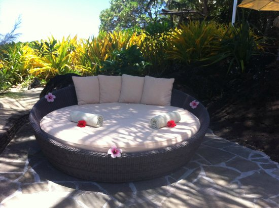 Pacific Resort Aitutaki: cute chair next to pool. Nice touches with flowers and towels.