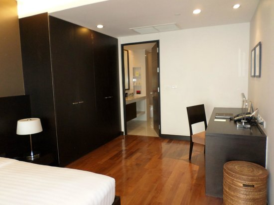 Fraser Suites Sukhumvit: Desk, storage and ensuite