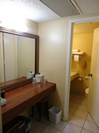 DoubleTree by Hilton Modesto: Outside the bathroom