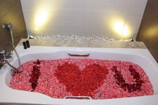 Amaroossa Suite Bali: Flower Bath
