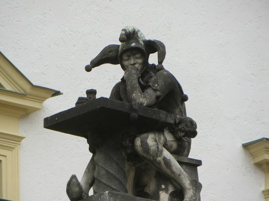 Schloss Thurn und Taxis: One of the jesters overlooking the main entryway