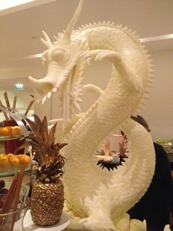 Mövenpick Resort Tala Bay Aqaba: This sculpture at the buffé is made entirely out of lard.