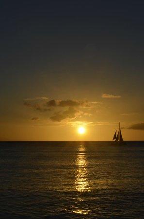 Outrigger Waikiki Beach Resort: Sunset