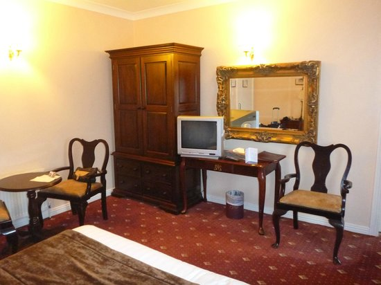 Bellbridge House Hotel: Our bed room furniture
