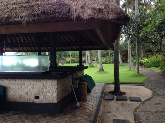 Alang-Alang Boutique Beach Hotel : the outdated bar at the hotel