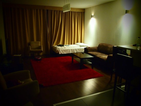 Bliss Hotel And Wellness: The living room and single bed