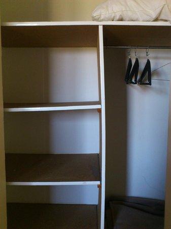 Le Parc des Chênes : armoire en contre plaqué