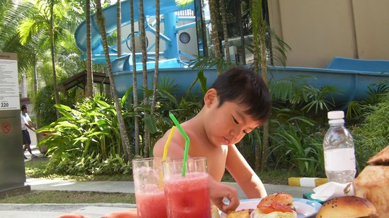 Novotel Phuket Surin Beach Resort. : lunch with watermelom juice at the pool