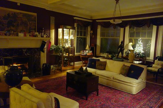 Portland Mayor's Mansion : Wider angle view of the main sitting room.