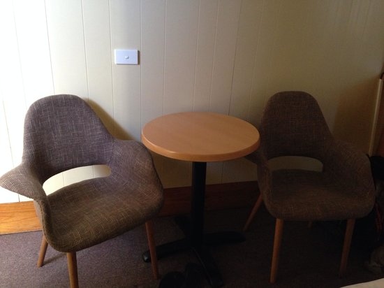 Bathurst Explorers Motel: Table and chairs in the room