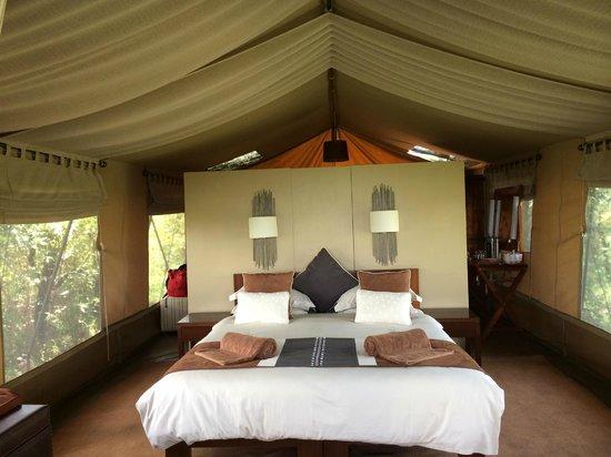 Naboisho Camp, Asilia Africa: 入口から入ってすぐのベッドルーム