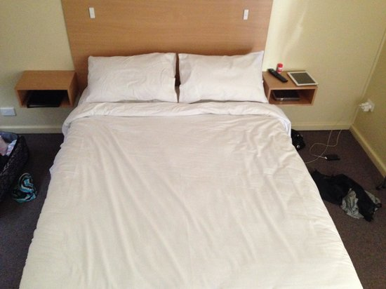 Bathurst Explorers Motel: Bed (queen size - brand new)