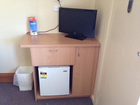 Bathurst Explorers Motel: TV and fridge