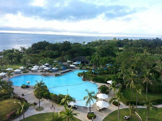 Shangri-La's Mactan Resort & Spa: Ocean View Main Wing Room - looking to the pool