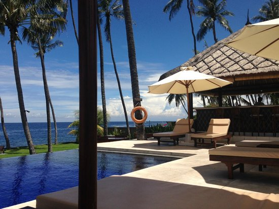 Kubu Indah Dive & Spa Resort: pool and bar